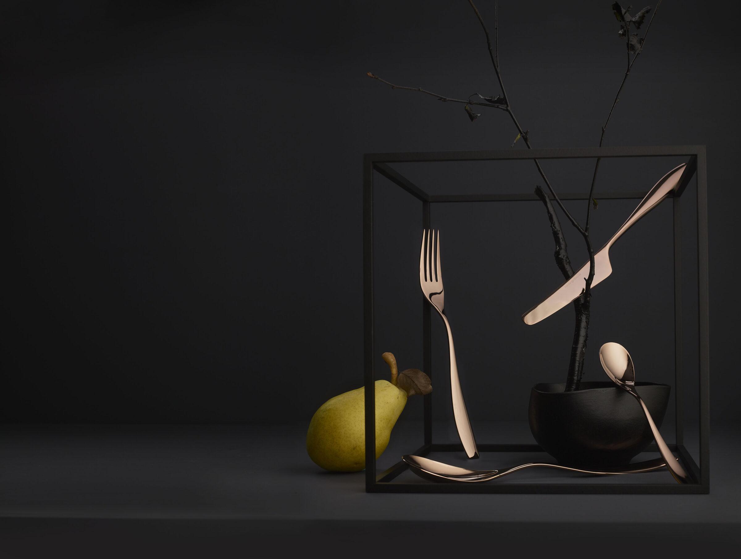 Bordoppsats med sort bakgrunn viser frem bestikket Eirin fra Hardanger Bestikk