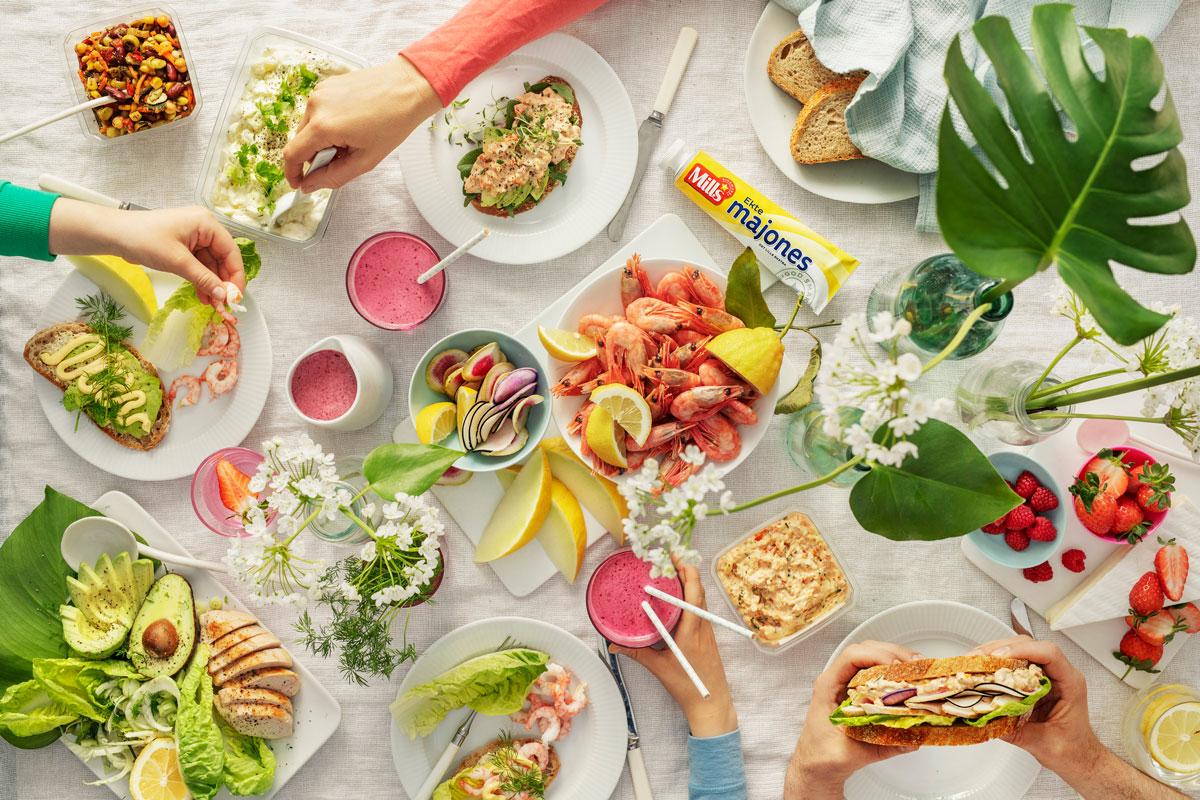 Foto av sommerbord med reker og majones fra Mills