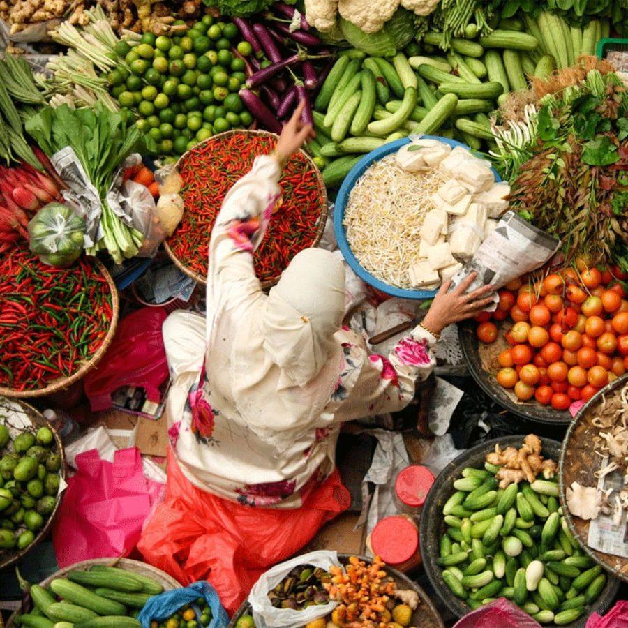 Kvinne på matmarked sett ovenfra