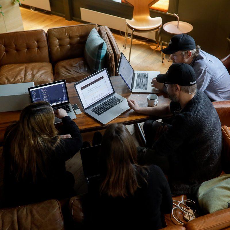 flere personer jobber sammen med macer, sett ovenfra