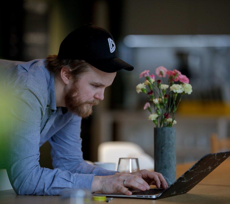 mann som jobber på mac