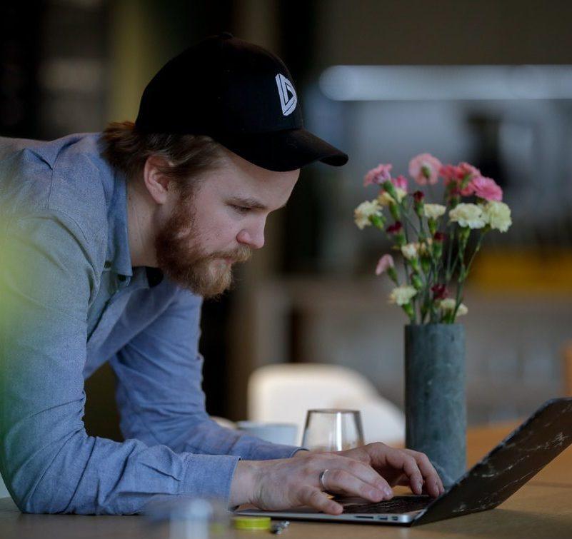 Mann som bruker datamaskin