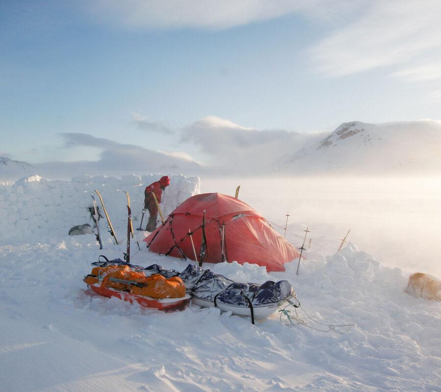 Rødt telt i snøen i Longyearbyen