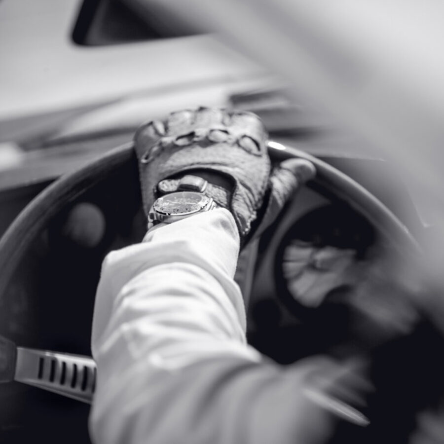 Hånd med hanske på bilratt