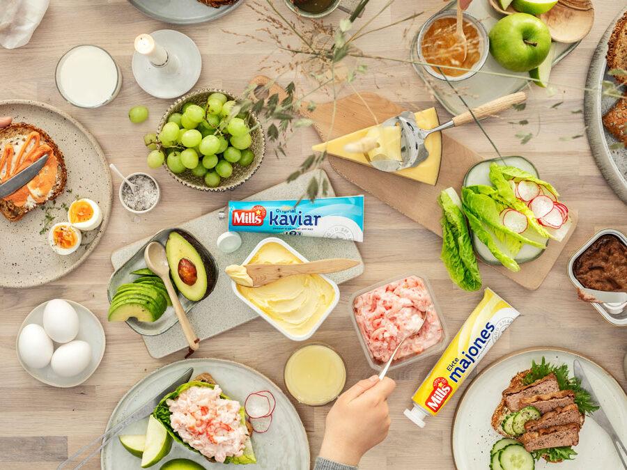 Foto av frokostbord med blant annet kaviar, majones og leverpostei fra Mills