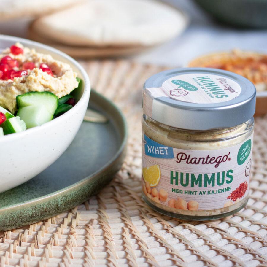 Foto av salatbollen og et glass med hummus