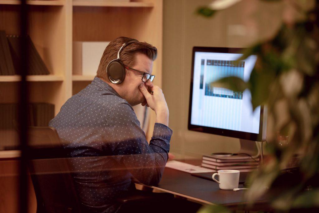 Øyvind Ellingsen, Kreativ leder i Dekode jobber med digital design på en stor mac-skjerm.