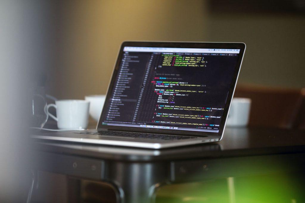 Mac på Dekode sitt kontor med html - brukt av en utvikler