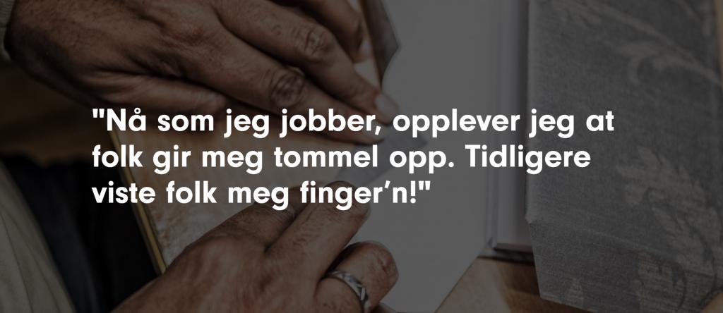 """Bildeuutsnitt fra Kirkens bymisjon sin nettside. En hånd arbeider med håndtverk. Skrift ligger over bildet """"Nå som jeg jobber, opplever jeg at folk gir meg tommel opp. Tidligere viste folk med fingern!"""""""