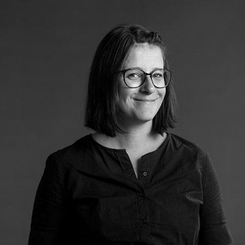 Portrett av Julia Edin, markedsansvarlig i Dekode, som skriver mye for nett og deler av sin erfaring.