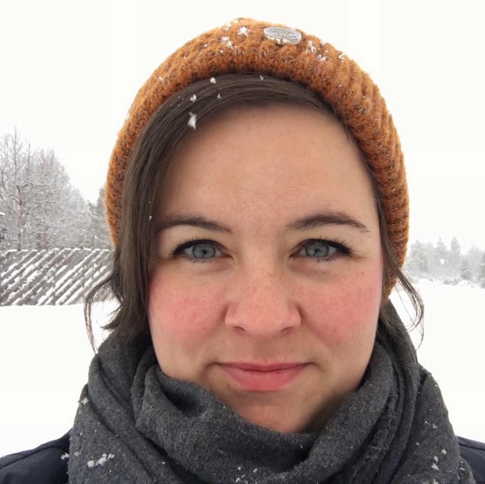 Portrett av Beate Sørum, med gul lue og snø på hodet.