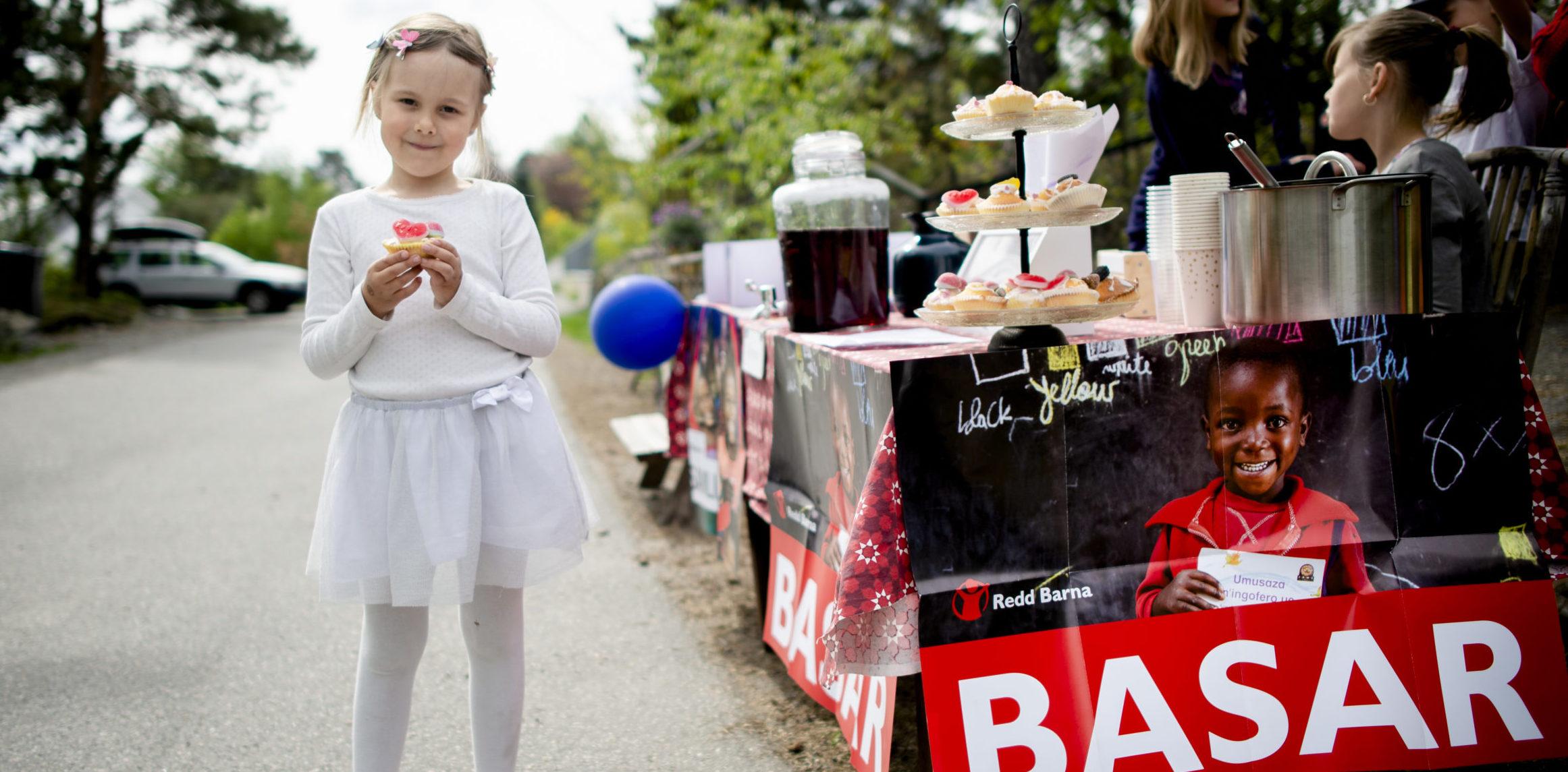 NO:Barn selger popcorn, muffins, kort, saft og kaffe til inntekt for Redd Barna.